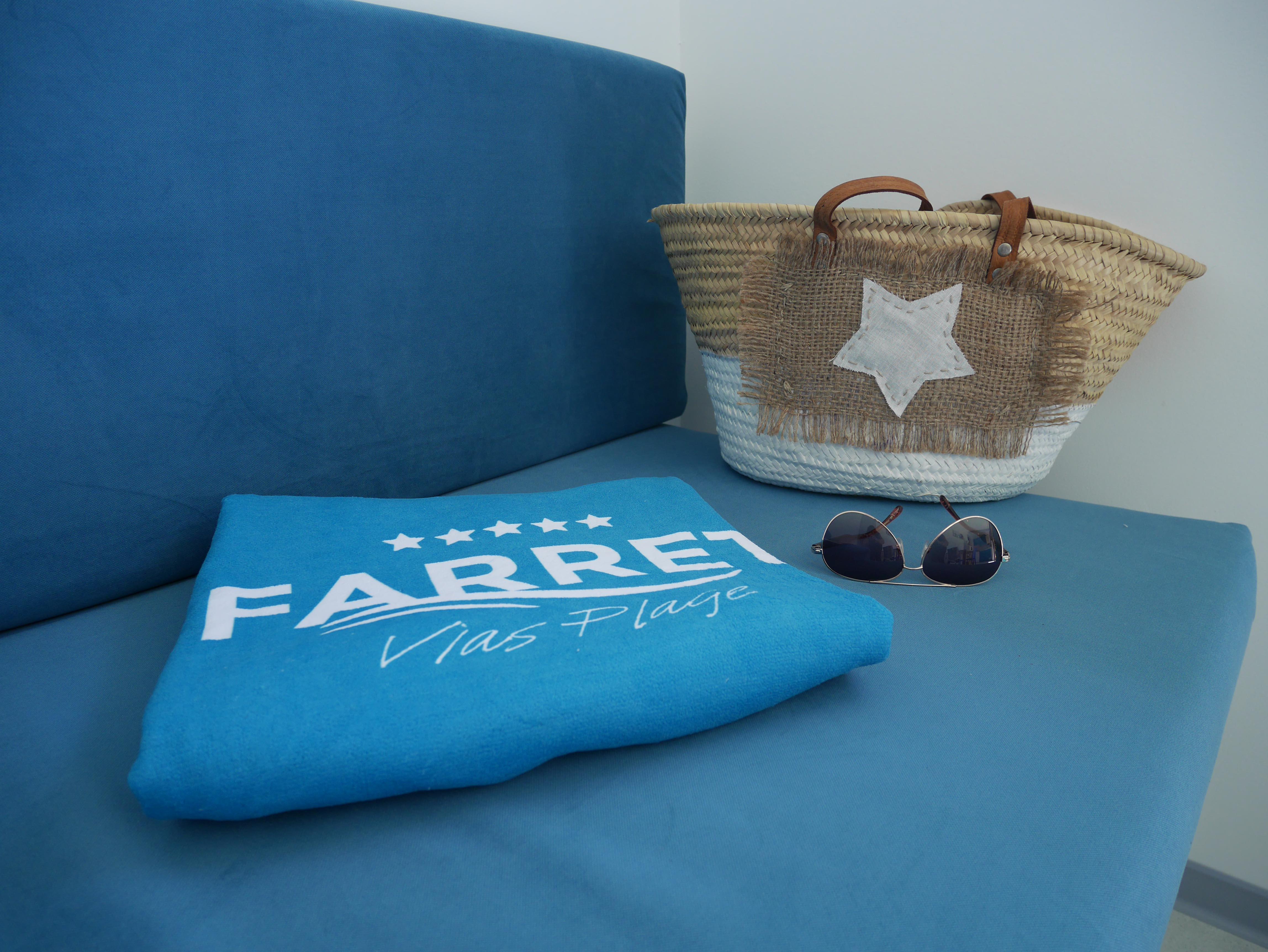 Serviette, lunettes et sac de plage