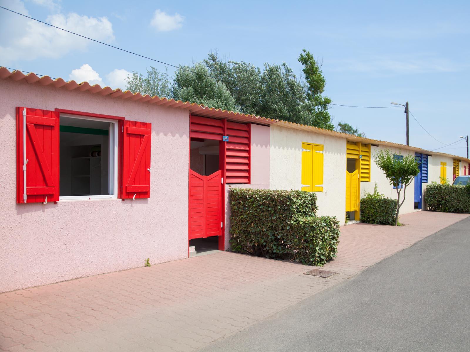 Studios aux devantures colorées