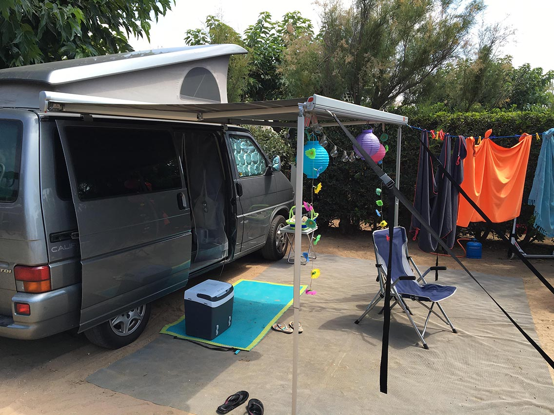 Van sur emplacement de camping