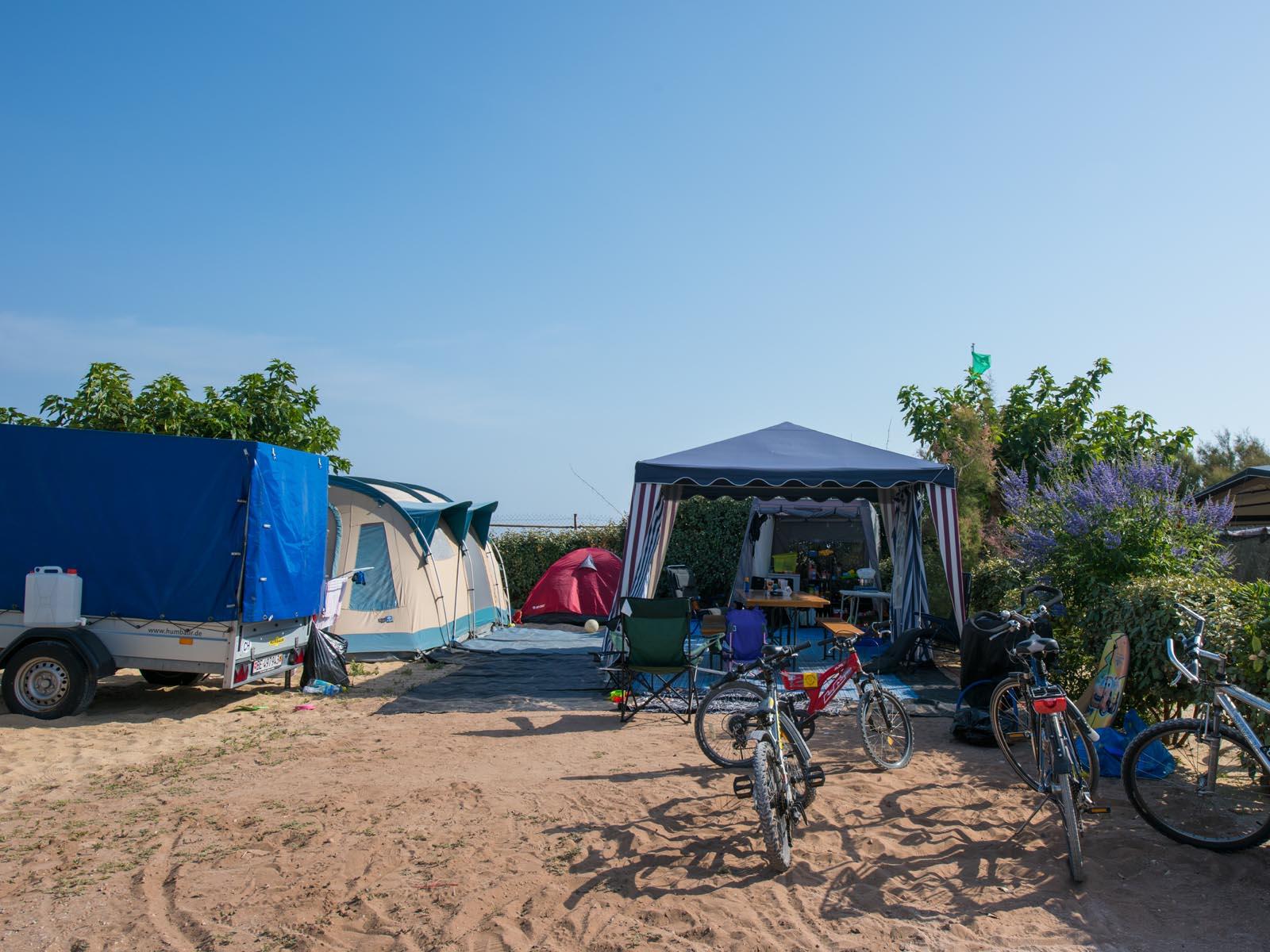 Tentes sur emplacement de camping