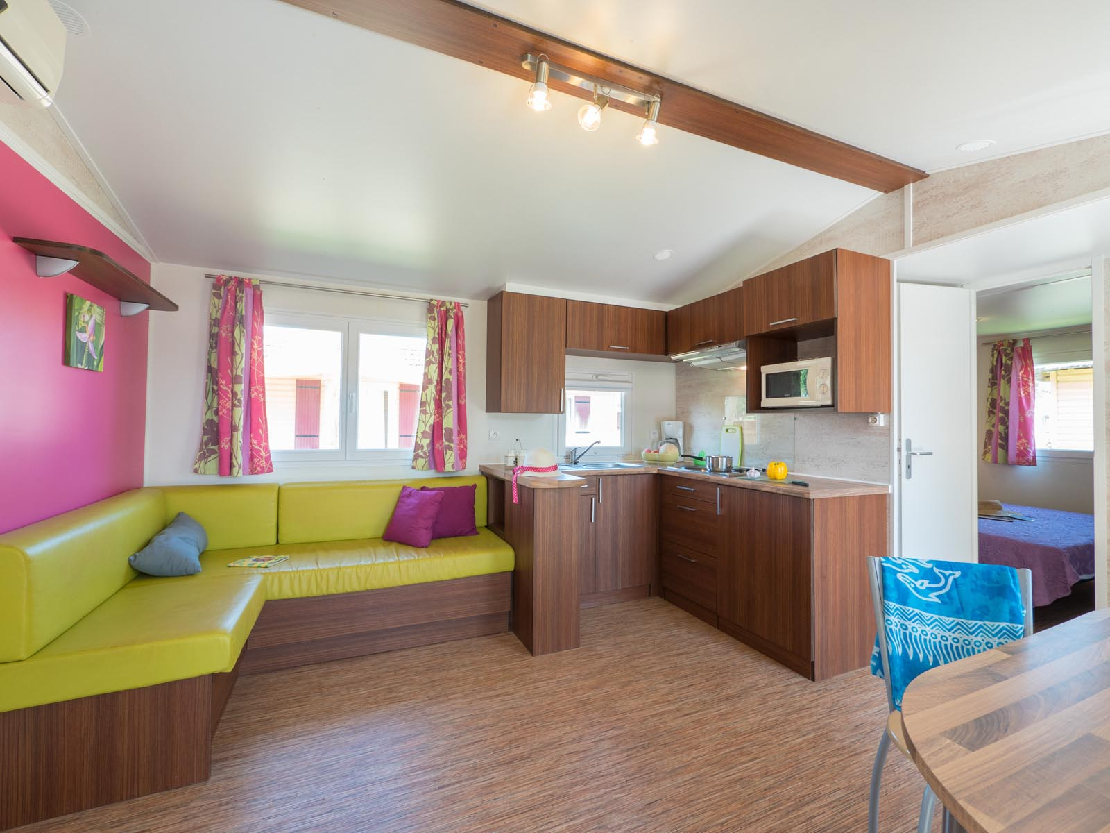 Cuisine et salon spacieux de mobilhome