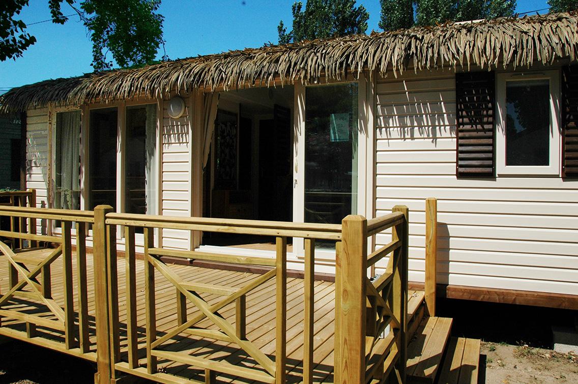 Cottage avec terrasse en bois