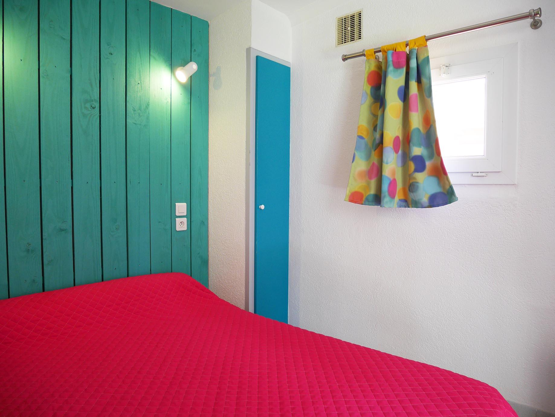 chambre avec un lit double idéal pour adultes
