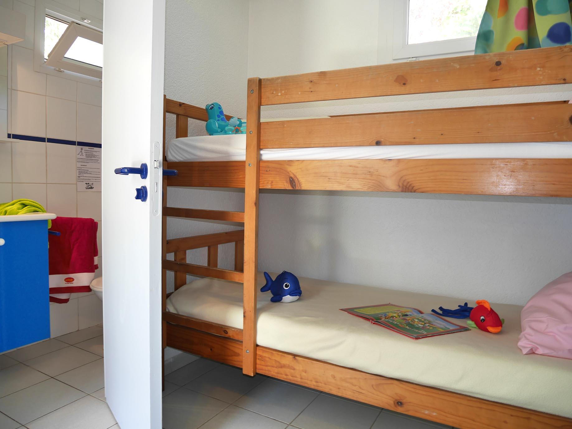 chambre pour deux personnes avec lit superposé idéale pour enfants
