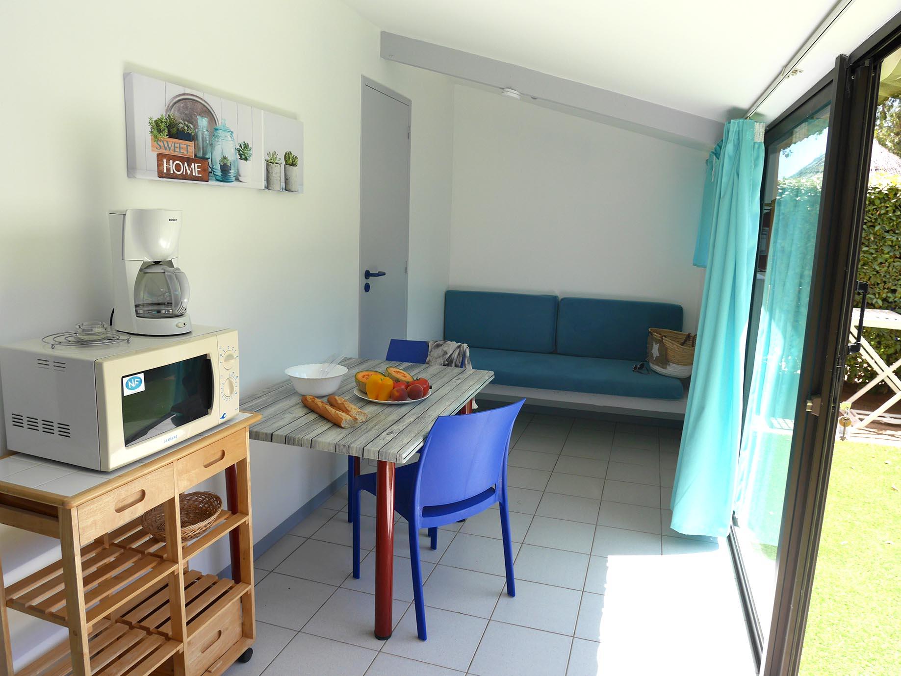 salon cosy avec salle à manger donnant sur terrasse