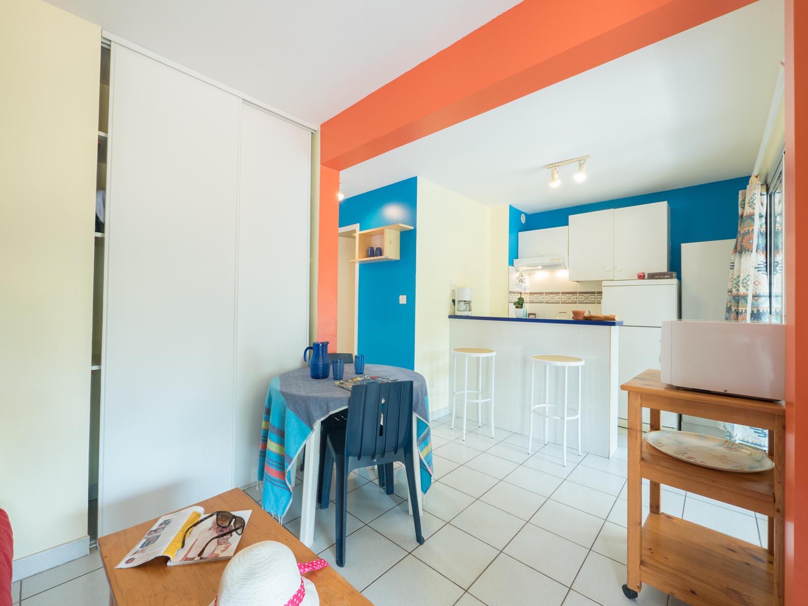 Salon et cuisine dans appartement de vacances