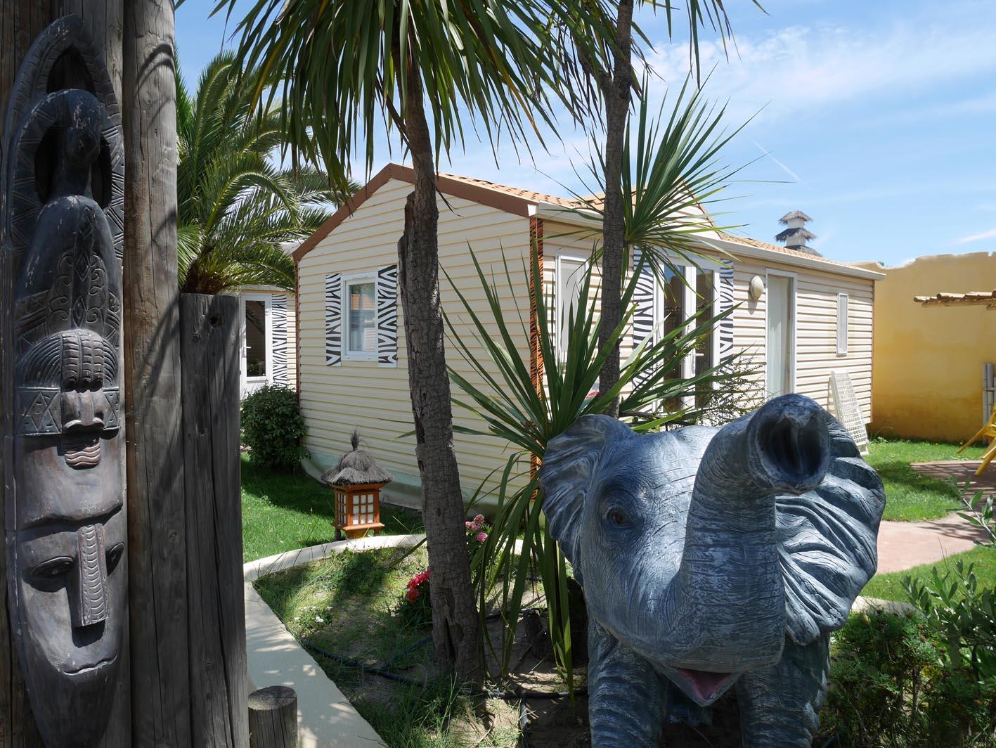 Statue éléphanteau pour décor Africa